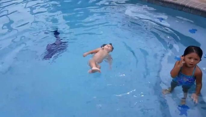 Balita yang berenang dengan kakaknya